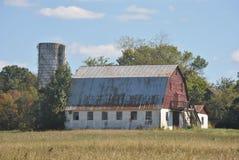 在谷仓的红色金属屋顶 库存图片