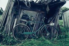 在谷仓附近的老自行车 免版税库存图片