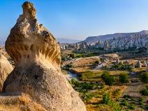 在谷inCappadocia,土耳其的惊人的岩石烟囱形成 免版税图库摄影