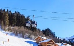 在谷Meribel的倾斜的瑞士山中的牧人小屋 客舱空中览绳 滑雪胜地Meribel村庄中心(1450 m) 图库摄影