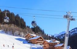 在谷Meribel的倾斜的瑞士山中的牧人小屋 客舱空中览绳 滑雪胜地Meribel村庄中心(1450 m) 免版税库存图片