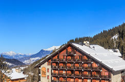在谷Meribel的倾斜的瑞士山中的牧人小屋 滑雪胜地Meribel 免版税库存图片