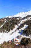 在谷Meribel的倾斜的瑞士山中的牧人小屋 滑雪胜地Meribel 库存图片