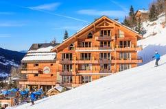 在谷Meribel的倾斜的瑞士山中的牧人小屋 滑雪胜地Meribel 库存照片