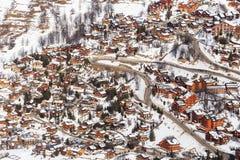 在谷Meribel的倾斜的瑞士山中的牧人小屋 滑雪胜地Meribel 图库摄影