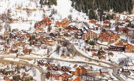 在谷Meribel的倾斜的瑞士山中的牧人小屋 滑雪胜地Meribel 免版税图库摄影