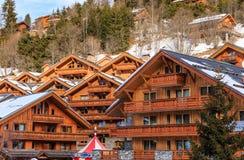 在谷Meribel的倾斜的瑞士山中的牧人小屋 滑雪胜地Meribel 免版税库存照片