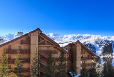在谷Meribel的倾斜的瑞士山中的牧人小屋 滑雪胜地Meribel v 库存照片
