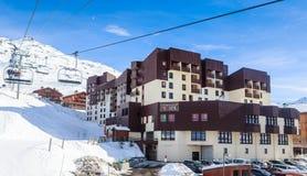 在谷Val Thorens的倾斜的瑞士山中的牧人小屋 手段滑雪 库存图片