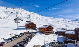 在谷Val Thorens的倾斜的瑞士山中的牧人小屋 手段滑雪 免版税库存图片