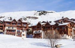 在谷Val Thorens的倾斜的瑞士山中的牧人小屋 手段滑雪 免版税库存照片