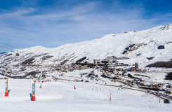 在谷Val Thorens的倾斜 滑雪胜地Val Thorens 库存图片