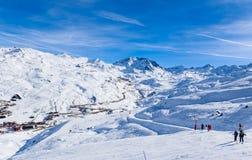 在谷Val Thorens的倾斜 滑雪胜地Val Thorens 库存照片