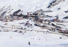 在谷Val Thorens的倾斜 滑雪胜地Val Thorens 免版税库存照片