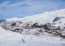 在谷Val Thorens的倾斜 滑雪胜地Val Thorens 免版税库存图片