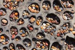 在豆凹陷海滩,加利福尼亚的五颜六色的小卵石 免版税库存图片