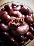 在豆的涂了巧克力的饼干在木背景塑造了 免版税库存照片