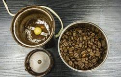 在豆的磨咖啡器 免版税库存图片
