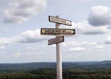 在豚脊丘的山上面的定向路标 库存图片