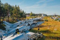 在象草的地面的被放弃的打破的老军用战斗机飞机 免版税图库摄影
