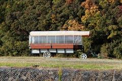 在象草的小山和背景山脉的拖车 免版税库存图片