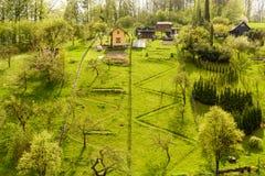 在象草的小山的村庄 免版税库存照片