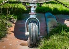 在象草的长得太大的停放的垫的老小单引擎飞机着陆齿轮 免版税库存图片