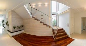 在豪华住所的木楼梯 免版税库存图片