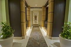 在豪华健康温泉里面的走廊 库存图片
