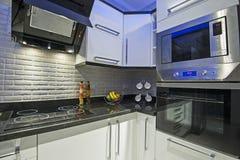 在豪华公寓的厨房地区 免版税库存图片