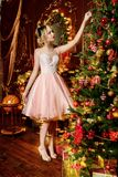在豪华公寓的圣诞树装饰 免版税库存照片