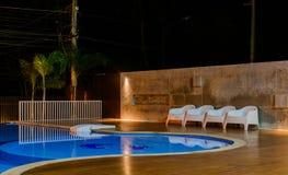 在豪华加勒比,热带手段的游泳池在晚上,黎明时间 免版税库存照片