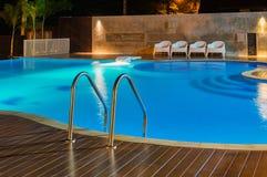 在豪华加勒比,热带手段的游泳池在晚上,黎明时间 库存图片