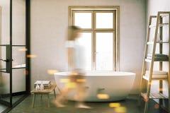 在豪华卫生间迷离的白色浴缸 免版税库存照片