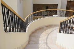 在豪华商城的弯曲的楼梯 库存图片