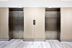 在豪华大厦的现代银色电梯 库存照片