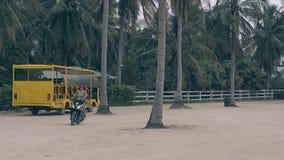 在豪华摩托车的亭亭玉立的妇女移动反对高棕榈 影视素材