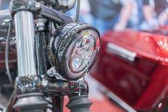 在豪华摩托车镀铬物车灯的特写镜头  摩托车的被镀铬的前灯,时髦的经典镀铬物镀了摩托车 免版税库存照片