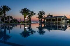在豪华旅游胜地的游泳池在晚上,黎明时间 库存图片