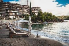 在豪华旅游胜地的看法在日出的海海滩的 免版税图库摄影