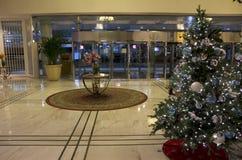 在豪华旅馆大厅的圣诞树 图库摄影