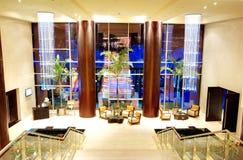 在豪华旅馆大厅的放松椅子 免版税库存照片