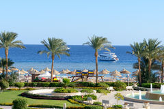 在豪华旅馆开汽车游艇和海滩 库存图片