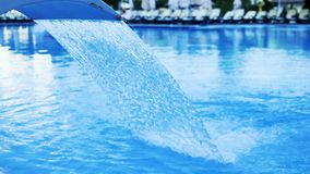 在豪华旅馆水池的喷泉治疗的慢动作  股票录像
