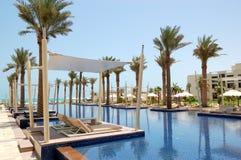 在豪华旅馆的游泳池的小屋 免版税库存图片
