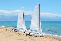 在豪华旅馆航行在海滩的游艇在爱奥尼亚海 免版税库存照片
