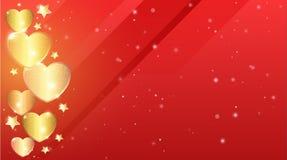 在豪华明亮的红色猩红色背景的金黄光亮的沙子心脏 免版税库存图片