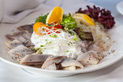 在豪华桌上的鲱鱼沙拉 免版税库存照片