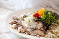 在豪华桌上的鲱鱼沙拉 免版税图库摄影