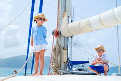 在豪华游艇的孩子 库存图片